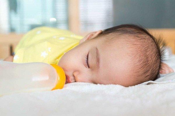Nên chọn thời điểm thích hợp để cai sữa cho bé